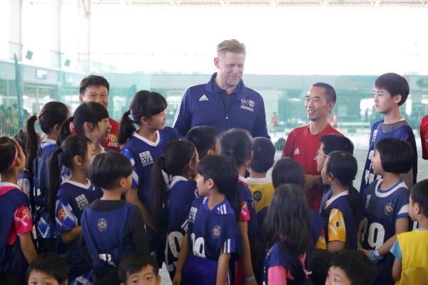 第七區:曼聯名宿舒米高亦現身同樂日,與小朋友切磋球技,又分享育兒心得。