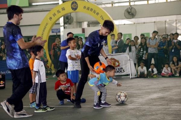 第七區:職業花式足球員施寶盛與參加者近距離互動,令現場氣氛更高漲。