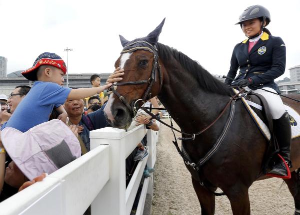 第十區:同策駿馬園,彭福公園化身成與眾同樂的馬術俱樂部,參加者可與雪特蘭小馬合照及欣賞馬術表演,小朋友更一嘗策騎小馬的滋味,展現馬會致力推廣馬術運動。