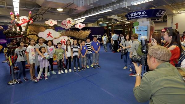 第一區:同心同步展覽,介紹香港賽馬運動的發展,以及馬會歷年來推動藝術文化的貢獻。參加者又可透過「搶包山」等遊戲及拍攝攤位,進一步認識香港的非物質文化遺產。