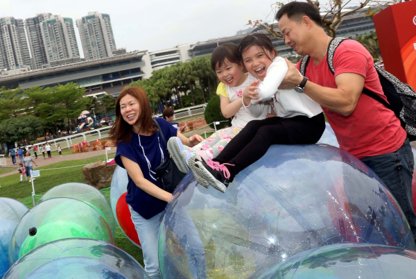 由著名跨界藝術家馬興文設計的大型裝置藝術「愛心」,設於沙田馬場及彭福公園內,參加者享受與大小不一的氣球互動。