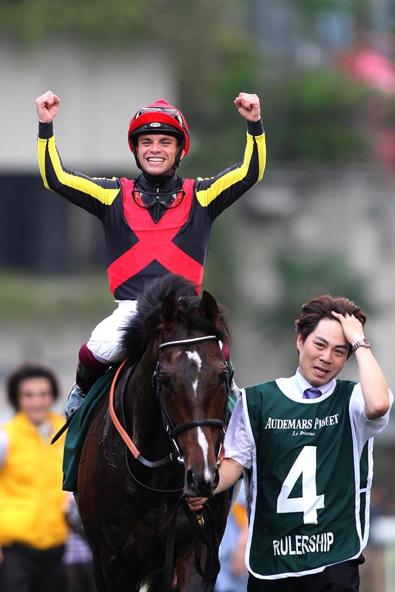 騎師李寶利慶祝愛彼女皇盃之勝利。