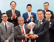 澳門民政總署管理委員會主席戴祖義先生(右)頒發澳港盃獎盃予頭馬「醒目名駒」的練馬師告東尼。