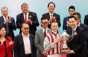 澳門特別行政區政府體育局副局長劉楚遠先生(右)頒發澳港盃獎盃予頭馬「醒目名駒」的騎師潘頓。