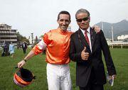 郭能及告東尼於「將男」勝出去年的渣打冠軍暨遮打盃後,一同於草地跑道上祝捷。