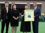 Mrs Tisa Li, wife of Able Friend��s owner, the late Dr Cornel Li, presents a framed Able Friend horseshoe to the Hong Kong Jockey Club Chairman Dr Simon Ip.