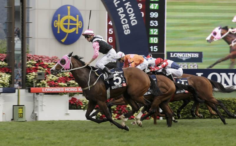 潘頓夥拍「美麗大師」勝出一級賽浪琴表香港一哩錦標後慶祝勝利。