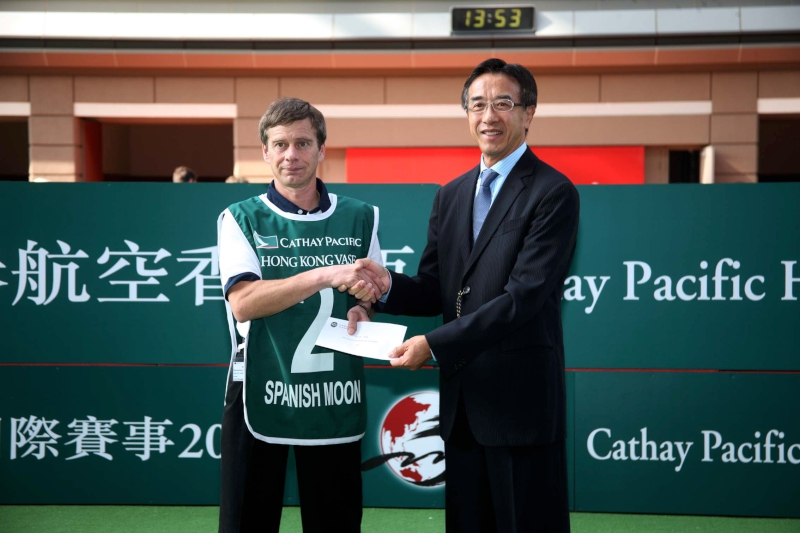 Kevin Bradshaw receiving the Best Turned Out Horse prize from James Tien ahead of Spanish Moon's 2009 Hong Kong Vase run.