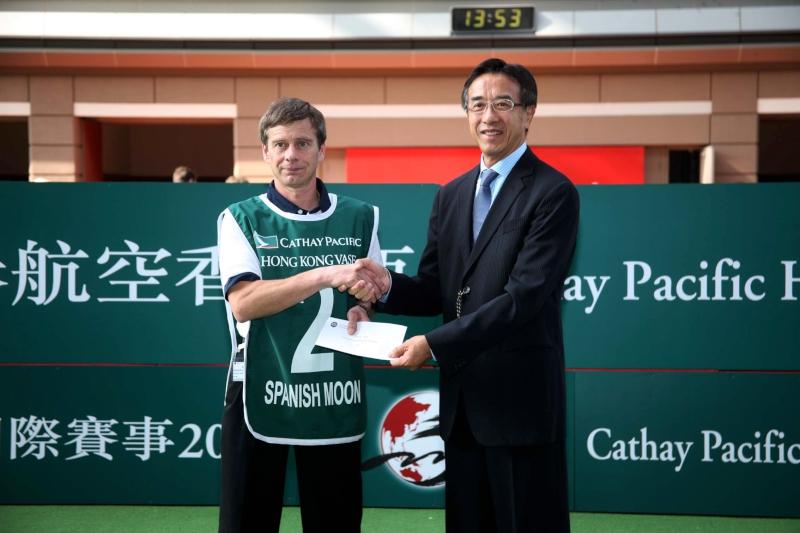 「西國明月」於2009年來港角逐香港瓶,賽前此駒獲最佳外觀馬匹獎,由當時擔任馬房助理的Kevin Bradshaw從田北俊手中接過獎項。
