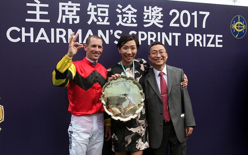 「幸運如意」的騎練於賽後接受訪問,眾馬主亦一同分享勝利喜悅。