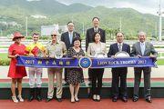馬會董事、頭馬「喜旺寶 」的馬主及騎練,於獅子山錦標頒獎禮上合照。