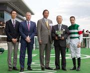香港賽馬會主席葉錫安博士 (中)與行政總裁應家柏 (左二) 在頒獎禮上將冠軍獎盃頒予香港賽馬會錦標頭馬Valdes的馬主及騎練。