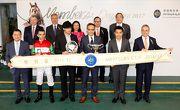 馬會董事、行政總裁、頒獎嘉賓、「真好彩」的馬主及騎練在會員盃頒獎儀式上合照。