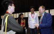 馬會行政總裁應家柏先生(右)和參與國際年會的青年人交談。