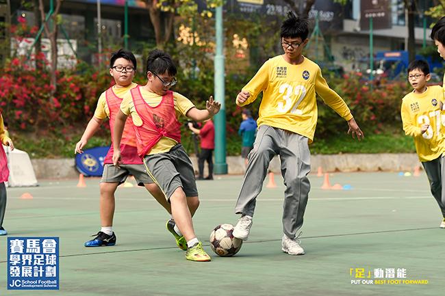 經過賽馬會學界足球計劃後,黃大仙天主教小學足球隊的球員在學習上的主動性明顯提高了不少。