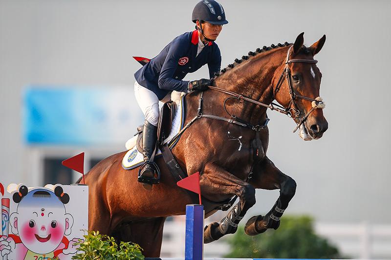 香港賽馬會馬術隊騎手何苑欣(馬匹:「馬會愛美」),出戰天津全國運動會馬術三項賽壓軸的場地障礙賽。