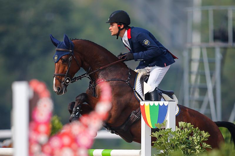 香港賽馬會馬術隊騎手何誕華(馬匹:「馬會莎琳」),出戰天津全國運動會馬術三項賽壓軸的場地障礙賽。