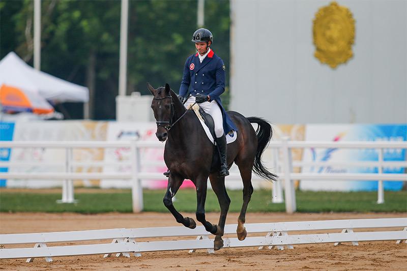 香港賽馬會馬術隊騎手,林立信(馬匹: 「馬會五達」)在馬術三項賽盛裝舞步比賽後,個人暫排名第一。