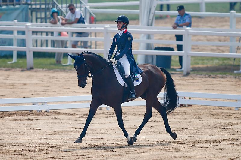 香港賽馬會馬術隊騎手,吳蓓華(馬匹: 「馬會至誠」) 在馬術三項賽首日賽事後,個人暫排名第六。