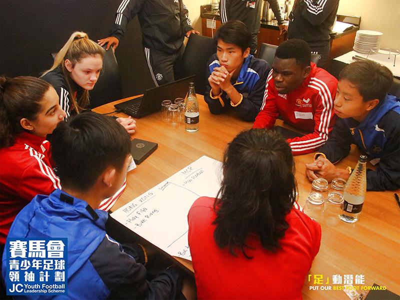 一眾青少年領袖和曼聯基金會義工們仔細計劃足球活動的細節和流程。