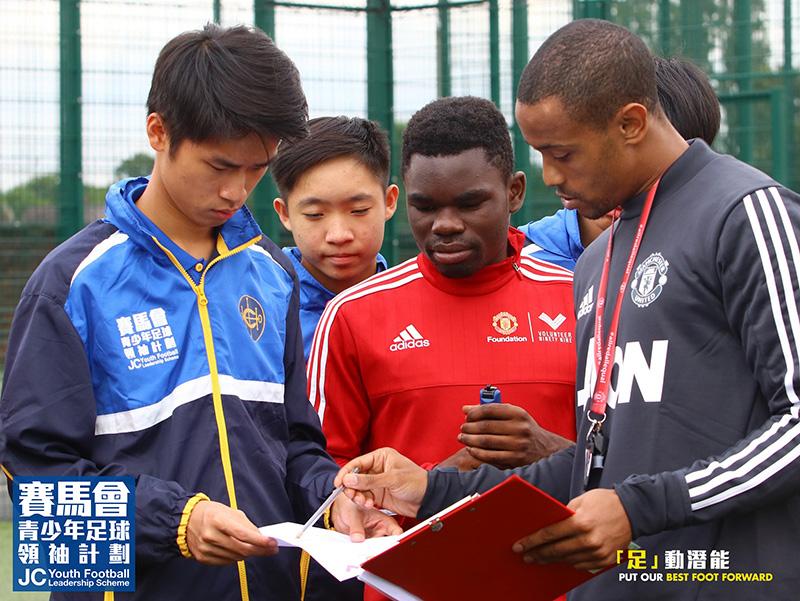 青少年領袖和義工們合作無間,令足球活動得以順利舉行。