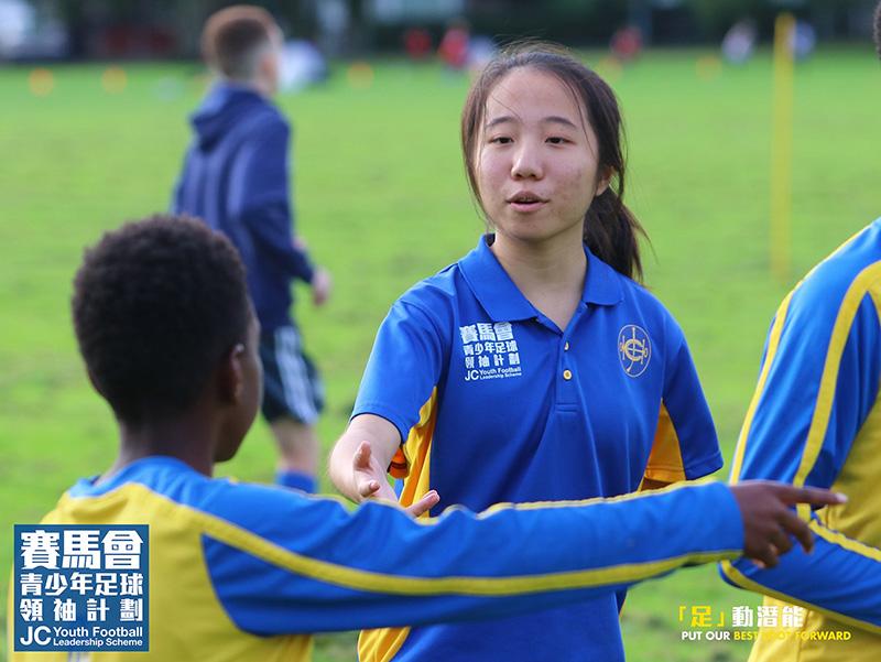 黎玉瑩在社區服務中,和當地的青少年打成一片。