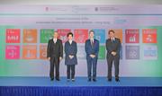 香港特別行政區行政長官林鄭月娥女士(左二)、聯合國SDSN負責人杰弗瑞·薩克斯教授(Jeffrey Sachs)(右二)、香港賽馬會副主席周永健先生(左一)及中大校長段崇智教授(右一)主持「SDSN香港」啟動禮。
