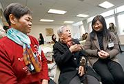 馬會慈善事務部主管(長者、復康、醫療、環保及家庭)陳載英女士(右)、「樂齡之友」義工曹女士(左)及服務受惠者陳女士(中)。