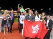 「軍事出擊」的馬主及親友、練馬師及騎師賽後於凱旋門祝捷。