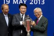 「軍事出擊」的馬主羅傑承於頒獎禮上獲頒新航國際盃冠軍獎盃。