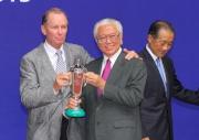 從練以來首次勝出海外一級賽的練馬師約翰摩亞亦於頒獎禮上接過其冠軍獎盃。