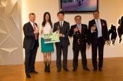 由左至右:馬會行政總裁應家柏、「軍事出擊」的馬主羅傑承伉儷、馬會主席施文信、及賽馬事務執行總監利達賢齊齊舉杯慶祝「軍事出擊」於新航國際盃取得佳績。