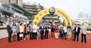 「跑寶貝跑」的馬主代表及親友與練馬師葉楚航在凱旋門祝捷。