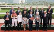 馬會主席施文信(後排右二)、馬會董事們及行政總裁應家柏(後排左一)與「跑寶貝跑」的馬主代表、練馬師及騎師在沙田短途錦標頒獎儀式上合照。