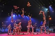國際享負盛名的山東雜技團,以集體跳躍揉合完美翻騰的技巧,表演高難度項目《蹬人》