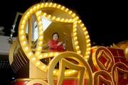 圖四及圖五:著名皮影戲大師李建新與來自馬會有份開創的天比高創作成員首次攜手合作,為皮影戲這項民間藝術注入現代元素,把馬會奮勇邁進的賽事精神,及惠澤香港社群的貢獻,靈活地展現在花車上。