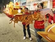 圖六、圖七及圖八:穿上傳統華服、來自天水圍、東涌和深水埗的青少年,夥拍馬會義工隊成員,在可愛的「好幫手」─幸運小馬陪同下,展示他們努力學習舞動皮影木偶的技巧。