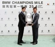 圖三及圖四:陳敏之及黎耀祥接受寶馬汽車代表曾耀民先生及郭立榮先生致送的紀念品。