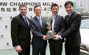 記者會後各嘉賓捧�荂u寶馬冠軍一哩賽」獎盃,預祝賽事順利舉行。