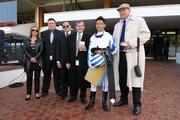 勝出次關賽事後,何澤堯與There's Only One 的馬主及練馬師合照。(圖片由維多利亞賽馬會提供。)