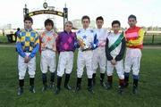 馬禮安(中)及何澤堯(右三)與其他參賽騎師在第三屆亞洲見習騎師挑戰賽頒獎禮後合照。(圖片由維多利亞賽馬會提供。)