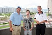 賽馬事務執行總監利達賢(左)及受薪董事兼牌照委員會秘書韋敦彥(右)歡迎郭立基加入本港公司騎師行列。<br /> <br />