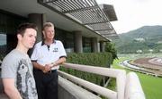 韋敦彥向郭立基介紹沙田馬場的跑道設施。<br /> <br />