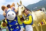 賽馬大使及賽馬吉祥物於開鑼日會現身馬場跟馬迷見面,預祝各入場人士旗開得勝。