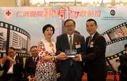 仁濟醫院董事局主席李文斌先生(右)及顧問局主席唐尤淑圻女士(左)致送紀念品予馬會董事李國棟醫生(中)。