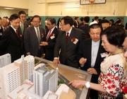 圖五/六: 眾嘉賓參觀仁濟醫院重建計劃模型。