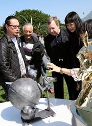 來自火炭工業村藝術工作者向主禮嘉賓介紹以香港國際賽事為主題的藝術展品。