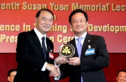 (Right) The Club's Head of Betting Services (Cashbet) Gilbert Cheng receives the Gold Award for Excellence in Training 2012 from HKMA Chairman Dr Dennis T L Sun.