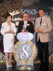 (左起)莎莎國際控股有限公司副主席郭羅桂珍博士、莎莎國際控股有限公司主席及行政總裁郭少明博士及香港賽馬會賽馬事務執行總監利達賢先生,一齊為本年度「莎莎婦女銀袋日」揭開序幕。