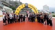 「天久」勝出馬會短途錦標,騎師柏寶、馬主張福滔醫生與夫人及親友,與練馬師方嘉柏分享勝利的喜悅。